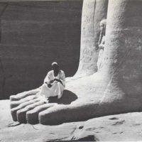 Estatuas gigantes en la orilla
